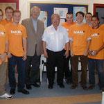 Egon Jüttner mit Wahlkampfunterstützern im Gespräch mit dem Leiter der Bahnhofsmission Mannheim, Roland Knüppel