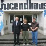 Egon Jüttner, Monika Hoffmann und Stadtrat Erwin Feike vor dem Jugendhaus Schönau