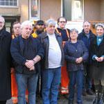 Prof. Jüttner, Jürgen Fries, Harald Ulrich, Regina Trösch, Margarethe Nagel und Erwin Feike mit Beschäftigten vor dem Büro des Stadtteilservice Schönau (von links)