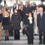 Egon Jüttner (vorne rechts) mit Jurastudenten aus Mannheim im Foyer des Paul-Löbe Hauses