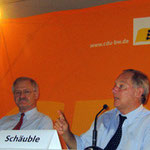Bundesinnenminister a.D. Dr. Wolfgang Schäuble (rechts) zu Besuch bei Egon Jüttner (links) im Bundestagswahlkampf in Mannheim bei einer Podiumsdiskussion