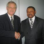 Egon Jüttner mit Dr. Jean Ping, dem Präsidenten der 59. UN-Vollversammlung