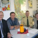 Prof. Dr. Egon Jüttner, Erwin Feike, Jürgen Schwehm und Regina Trösch im Polizeirevier Sandhofen (von links)