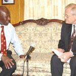 Egon Jüttner im Gespräch mit dem ehemaligen Vizepräsidenten von Kenia, Moody Awori