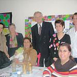 Egon Jüttner und Regina Trösch mit Anne Kreß und Nazan Kapan im Kreise kurdischer und arabischer Frauen im Internationalen Frauentreff