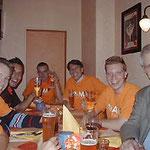 Egon Jüttner mit Wahlkampfunterstützern in der Spaghettioper in den Quadraten von Mannheim