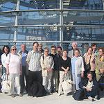 Egon Jüttner (rechts) mit den Besuchern aus der Pfarrgemeinde St. Josef