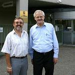 Prof. Jüttner (rechts) und Klaus Schillinger vor der III. Medizinischen Klinik in Mannheim