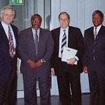Egon Jüttner (ganz links) und sein Kollege Hartwig Fischer (Zweiter von rechts) mit dem Ministerpräsidenten von Swasiland, Absalom Themba Dlamini, und seinem Justizminister, Prince David Dlamini, bei einem Meinungsaustausch in Berlin