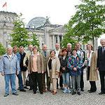 Polizeibeamte mit Begleitung und Egon Jüttner vor dem Reichstagsgebäude
