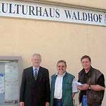 Egon Jüttner, Klaus Schillinger und Stadtrat Erwin Feike vor dem Kulturhaus Waldhof