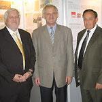 Egon Jüttner mit den Volksbankdirektoren Bernhard Aust und Edgar Gundel (v.l.)