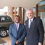 Egon Jüttner mit dem ehemaligen Außenminister von Kamerun, François-Xavier Ngoubeyou