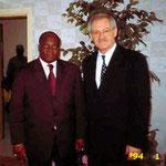 Egon Jüttner mit dem Minister für Staatskontrolle in Gabun, Martin Mabala