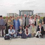 Prof. Jüttner (rechts) mit Mitgliedern der St.Josefs-Gemeinde vor dem Kanzleramt