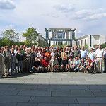 Prof. Jüttner mit Mitgliedern der St.Josefs-Gemeinde vor dem Kanzleramt