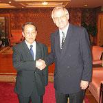 Egon Jüttner mit dem damaligen chinesischen Botschafter bei den Vereinten Nationen, Guanoya Wang