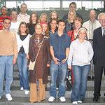 Egon Jüttner mit Schülerinnen und Schülern der Eberhard-Gothein-Schule