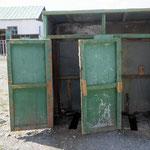 Öffentliche Toilette in dem kleinen Städtchen Bajantzag in der Mongolei.
