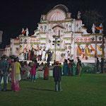 Eine Hochzeitsgesellschaft feiert in Jaipur.