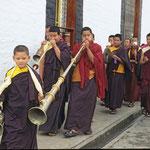Prozession der Novizen und Mönche beim Kloster Pemayangtse in Sikkim.