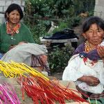 Frauen in einem Dorf bei Otavalo bei der Arbeit.