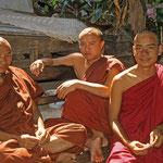 Mönche in einem Kloster in Yangon.