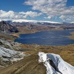Blick auf den Sibinacocha See - ein Juwel in der Vilcanoto - 32 km2 groß und 4.865 m hoch gelegen –  dahinter das Quelcaya-Eis.