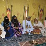 Hassan mit seiner Famile, die in der Großen Arabischen Wüste Rub al Khali als Nomaden leben.