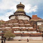 Das Pelchor Chode Kloster bei Gyantse. Glanzpunkt ist der 35-Meter hohe Kumbum Stupa, der größte Stupa von Tibet. Im Inneren befinden sich 112 Kapellen, welche voll von Statuen und Wandmalereien sind.
