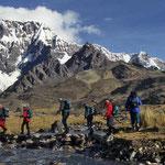 Trekkingtour in der Cordilliera - Vilcanota vor malerischer Kulisse.