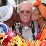 Eingerahmt von zwei hübschen Kubanerinnen. Sie tragen noch die traditionelle Kleidung, wie man sie nur noch höchst selten sieht.