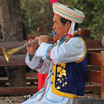 Traditionell gekleideter Musiker in Lijiang.