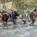 Die reißenden Flüsse können nur in der Kette durchquert werden. Die Wassertemperatur liegt um die 3° C.