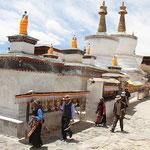 Pilger beim Kloster Tashilhunpo in Shigatse umrunden die Stupas mehrmals.