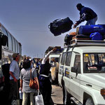 Unser Gepäck wird vom Bus auf Jeeps umgeladen.