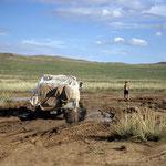 Schlamm-Adern in der Mongolei sind recht tückisch. Fahrzeuge können lt. Reiseführer darin total versinken.