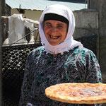 Eine Frau bietet in dem Kurort Jahaver Deh frisch gebackenes Fladenbrot an. Das muss ich natürlich probieren und kaufe eines für etwa 30 Cent. Es ist noch warm, schmeckt köstlich und ich spare mir dadurch das Mittagessen.