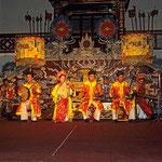 Traditionelle Musik - und Tanzgruppe im Kaiserpalast von Hue.