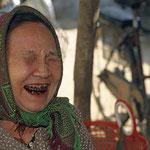 Diese Marktfrau würde mir gerne eine Kröte verkaufen und da ich hiervon überhaupt nicht begeistert bin, lacht sie herzhaft, wobei ihre schwarz lackierten Zähne nicht zu übersehen sind.