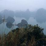 Bei Dunst und Nebel erscheint die Halong - Bucht besonders mystisch und reizvoll.