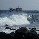 Unser Boot bei den Galapagos-Inseln in der Brandung.
