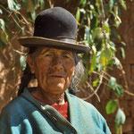 Indio-Frau am Titicacasee mit dem typischen Bowler-Hut. welcher urspünglich für Männer gedacht war.