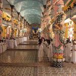 Eine schrille Religionsgemeinschaft, die Kao Dai, hat ihr Zentrum bei Tay Ninh. Diese schillernde Glaubensgemeinschaft  hat etwa 1,5 Millionen Mitglieder.