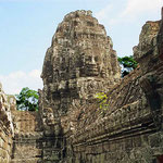 Der Bayon-Tempel ist ein architektonisches Meisterwerk. Er besteht aus 3 Ebenen. Den Höhepunkt der Baukunst stellt das Heiligtum im Zentrum der dritten Ebene dar. In unterschiedlicher Höhe stehen 54 Türme mit je 4 Gesichtern aus Stein.