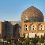 Die Kuppel der Scheich - Lotfollah - Moschee erhebt sich majestätisch neben dem Imam - Platz in Isfahan.