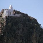 Der Pilgerort Al Houdaib: Hier thront in Schwindel erregender Höhe auf einem Felsen die Weiße Moschee.