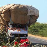 Leicht überladen! Auf der Autobahn von Udeipur nach Pushkar..