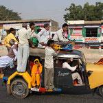 Sammeltaxi in Mandawa. Einer geht immer noch!
