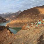 Künstlich angelegter Stausee auf dem Weg von Gyantse nach Lhasa. Darin verschwanden viele Dörfer.